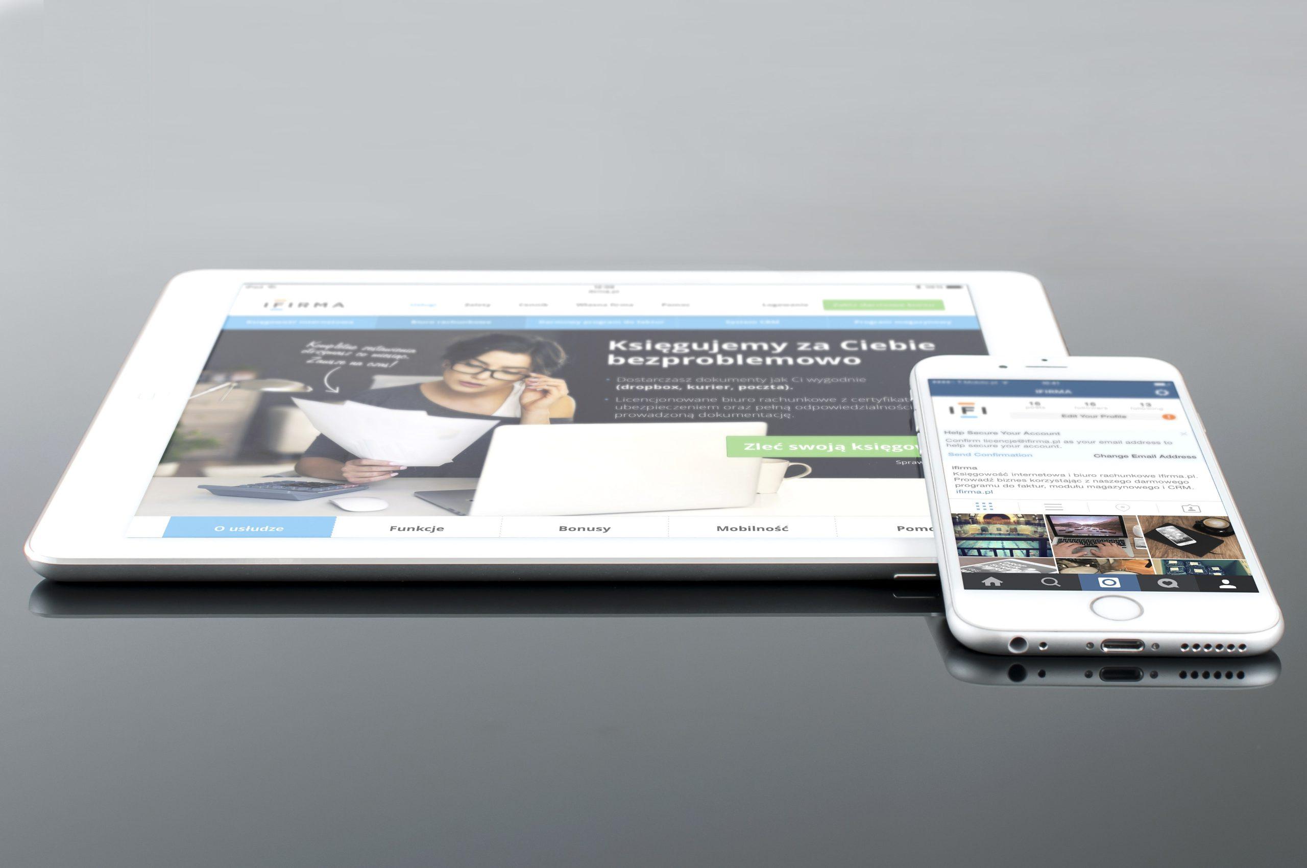 En surfplatta och en smart telefon