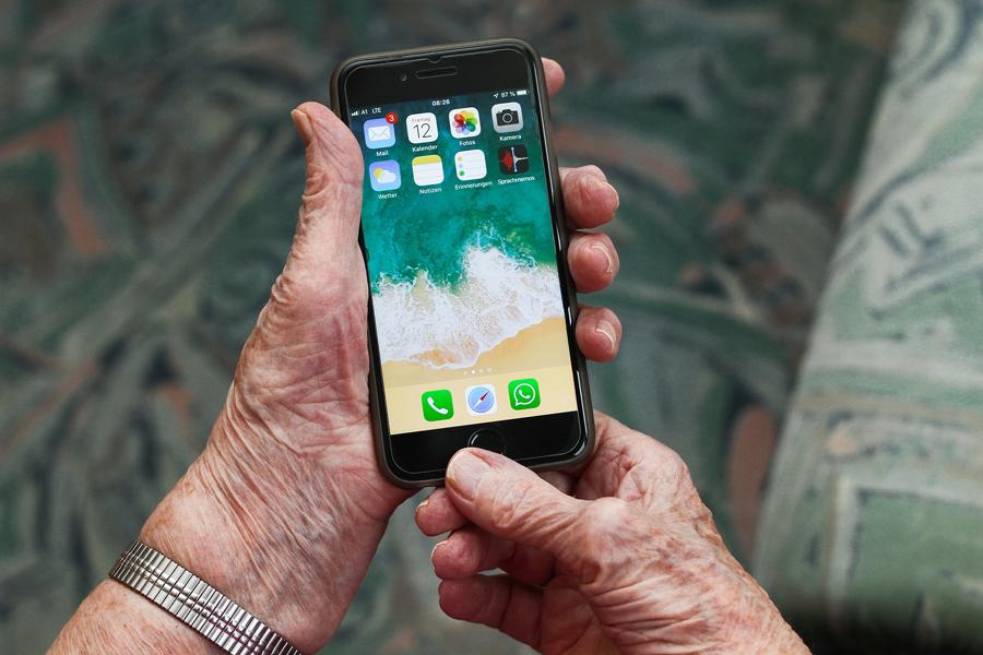 Smartphone som hålls av en äldre person
