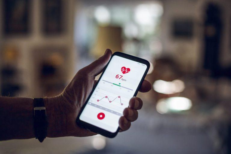 Smart telefon som visar aktuell puls och en kurva av fler mätningar.