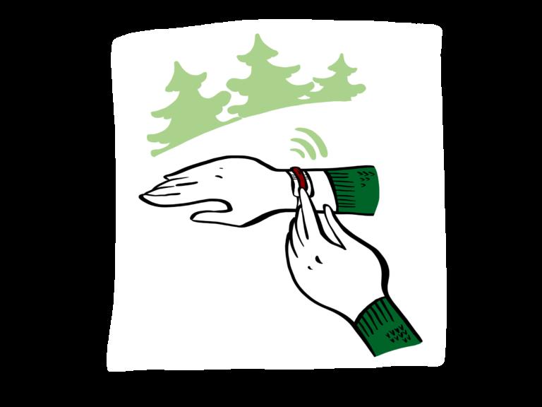 Hand som trycker på ett mobilt larm med skog i bakgrunden