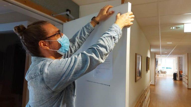 Joakim Guth från SAAZ Engineering, som utvecklat tekniken, monterar sensorer på Möllebackens dörrar.