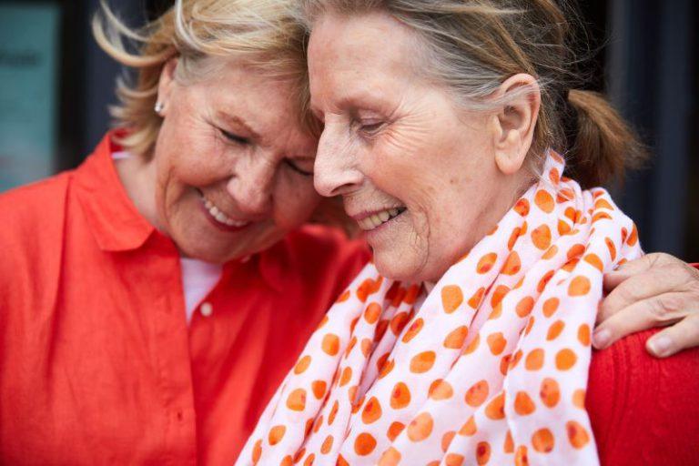 Trygghet och självständig, två kvinnor håller om varandrahet