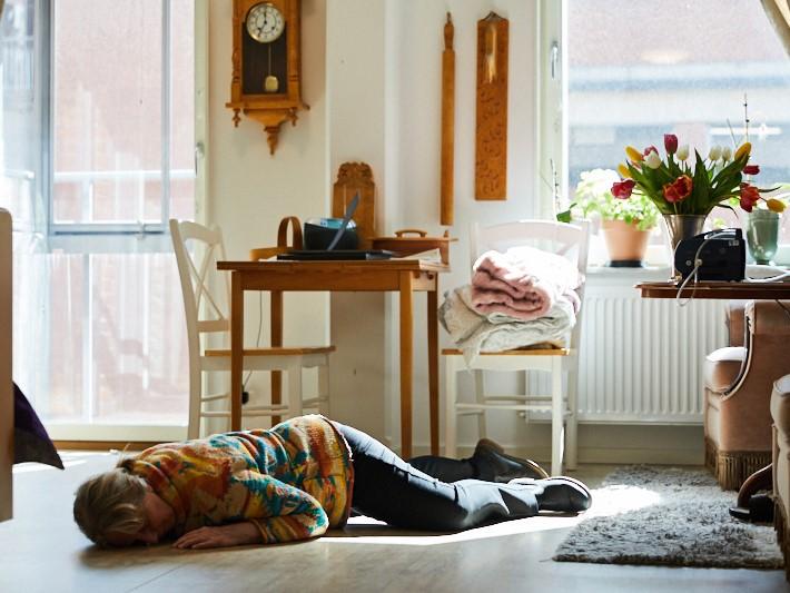 Öka trygghet och säkerhet för invånarna med stöd av digital tillsyn. Person har ramlat och ligger på golvet.