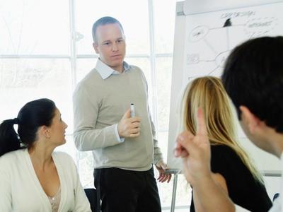 Lycckas med gemensam upphandling. grupp av människor diskuterar.