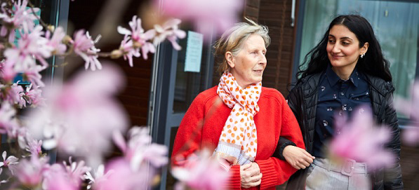 Kompetenscenter välfärdsteknik nyhetsbrev 7 två kvinnor går i armkrok, en äldre och en yngre